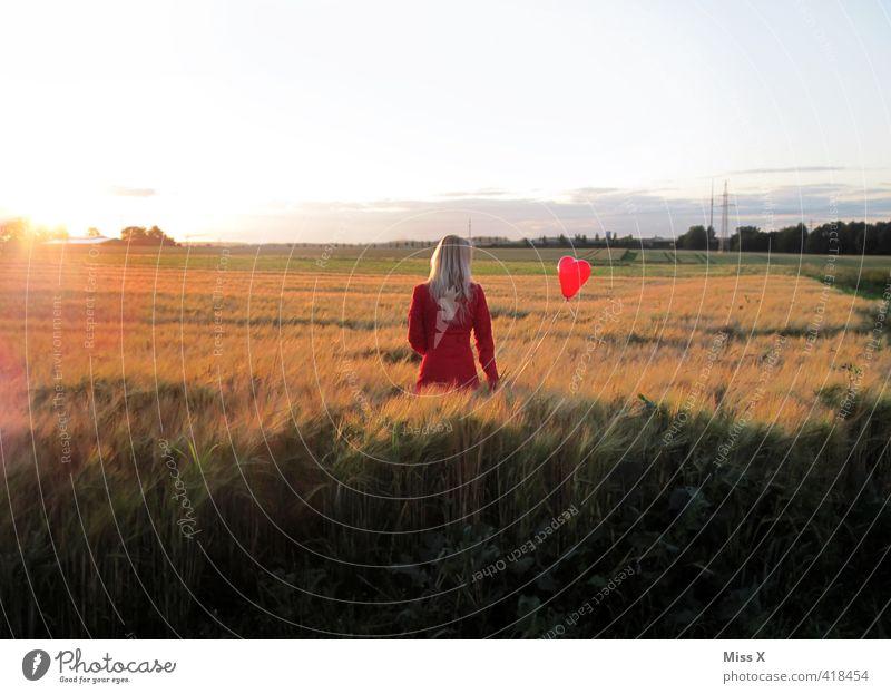 Fly away Mensch Jugendliche Einsamkeit Junge Frau Erwachsene 18-30 Jahre Liebe Gefühle feminin Freiheit fliegen Feld frei Herz Hoffnung Luftballon