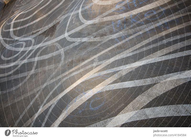 kreuz und quer verlaufende Linien auf Asphalt viele Doppelbelichtung Reaktionen u. Effekte Illusion abstrakt Strukturen & Formen Irritation uneben