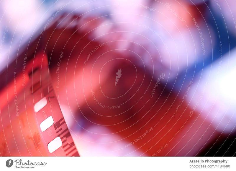Unscharfes Bild eines 35-mm-Fotofilms 120 2020 35mm abstrakt analog Hintergrund schwarz auf weiß Unschärfe verschwommen Bokeh Fotokamera Chemikalie Farbe
