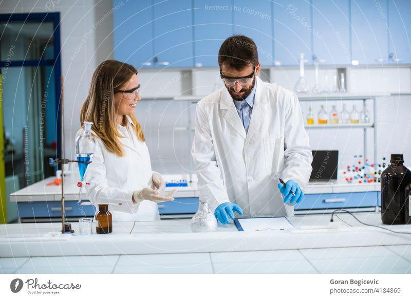 Forscher beim Experimentieren mit Rauch auf einem Tisch in einem chemischen Labor Analyse analysieren Chemikalie Chemiker Chemie Gefahr Fundstück Frau Formel