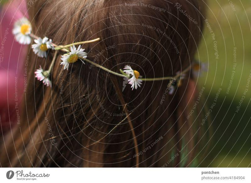 ein blumenkranz auf kinderhaar. natürlicher haarschmuck. gänseblümchen haare haarkranz gänseblumen Blüte hinterkopf hochzeit Haare & Frisuren feminin