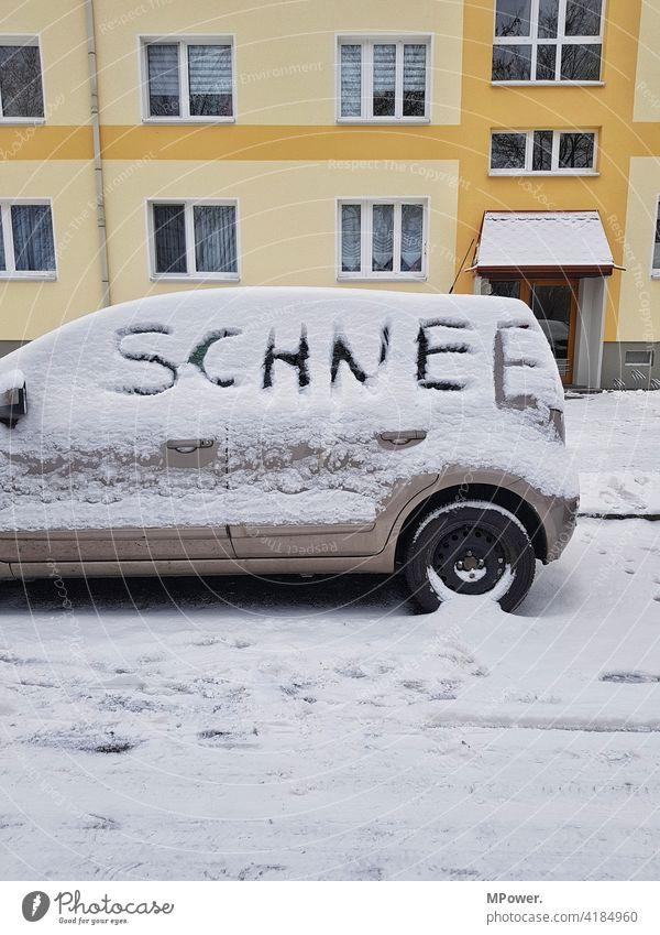 schnee Schnee Auto Schrift Schneedecke Winterdienst Haus kalt Eis weiß Frost Wintertag Winterstimmung frieren Straße parken verkehrschaos verschneit Kälte