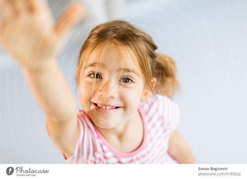Nettes kleines Mädchen steigt Hand in Richtung Kamera bezaubernd schön Fotokamera Kaukasier heiter Kind Kindheit Nahaufnahme Konzept niedlich genießen Ausdruck