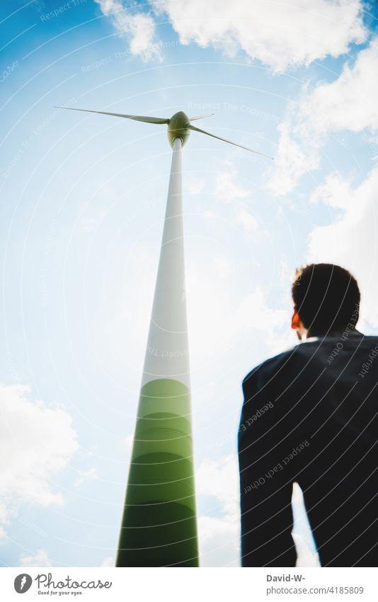 Windenergie - Mann betrachtet Windrad Energiewirtschaft Erneuerbare Energie Ressource umweltfreundlich Himmel Windkraftanlage Umweltschutz betrachten denken