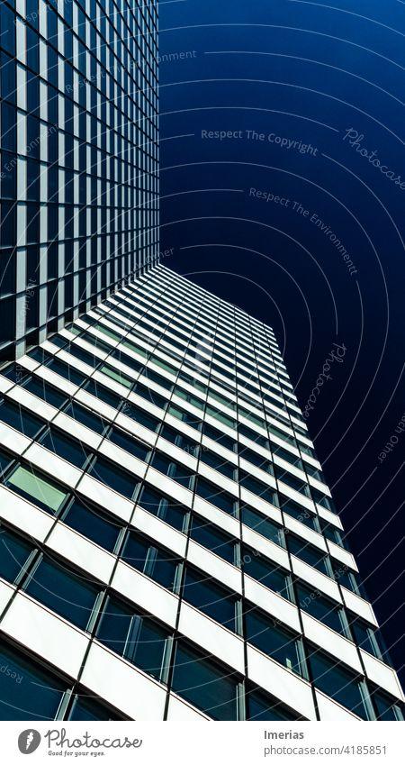 Hochhaus mit blauem Himmel in Hamburg blauer Himmel bluesky skycraper Architektur Fassade Gebäude Außenaufnahme Stadt Bauwerk Schönes Wetter Fenster