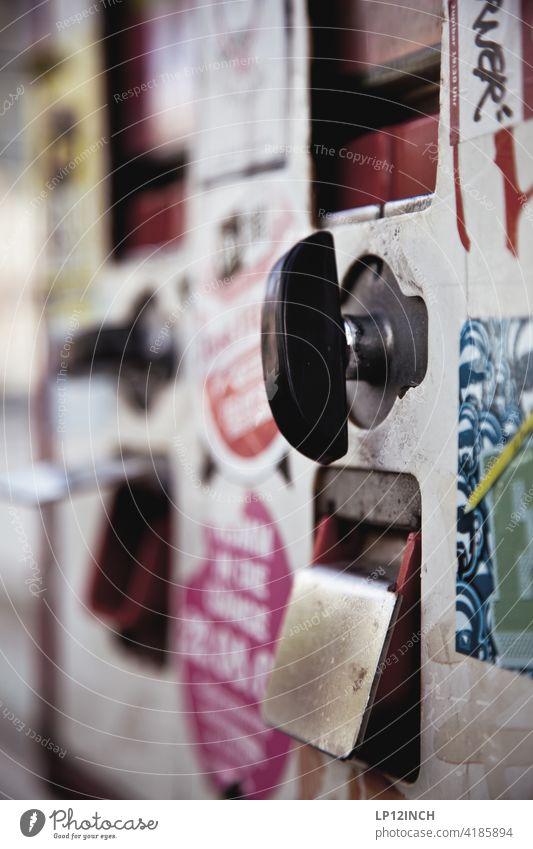 Kaugummiautomat Geld Süßwaren Kindheit Kindheitserinnerung retro Oldschool Ernährung Nostalgie Automat süß Aufkleber Stadtleben drehen