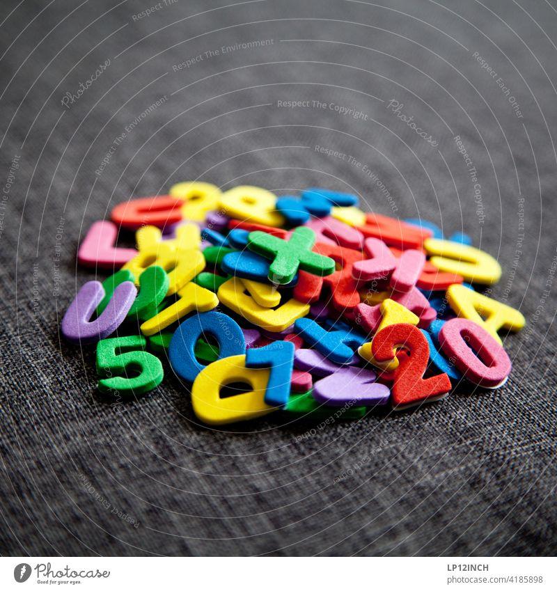 Ein Haufen Schriftzeichen Buchstaben zahlen Aufkleber durcheinander klebend Ziffern & Zahlen Typographie Zeichen sammeln zusammenlegen bunt bunt gemischt farbig
