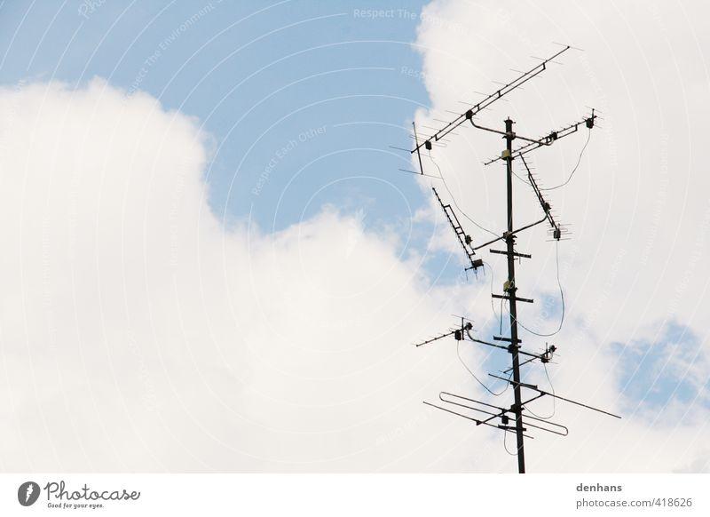großer Empfang Antenne Technik & Technologie Himmel Wolken Dach alt oben blau grau Einsamkeit empfangsbereit Übertragung Farbfoto Außenaufnahme