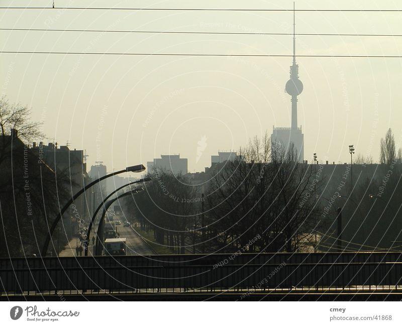 Berlin Greifswalder Str Nebel Dinge Abenddämmerung Berliner Fernsehturm S-Bahn