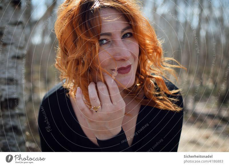 Portrait Porträt Gesicht Frau Junge Frau langhaarig schön Farbfoto rote Haare Außenaufnahme Wind windig Frauengesicht Kopf Zufriedenheit Freiheit Locken