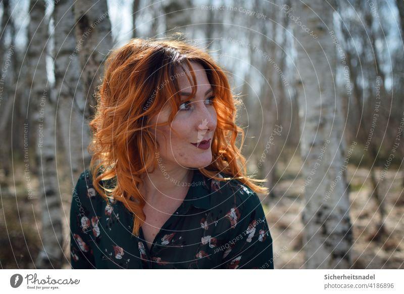 Seitenporfil Seitenportrait seitenprofil Porträt Frau Junge Frau schön feminin Farbfoto Außenaufnahme rote Haare Locken Haare & Frisuren Mensch Tag Birkenwald