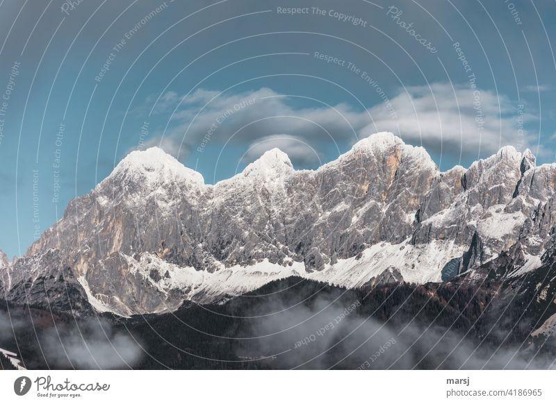 Schneebedeckte Berggipfel. Torstein, Mitterspitz, Dachstein und die Dirndln. Schneebedeckte Gipfel Alpen Berge u. Gebirge Natur Dachsteingruppe einzigartig