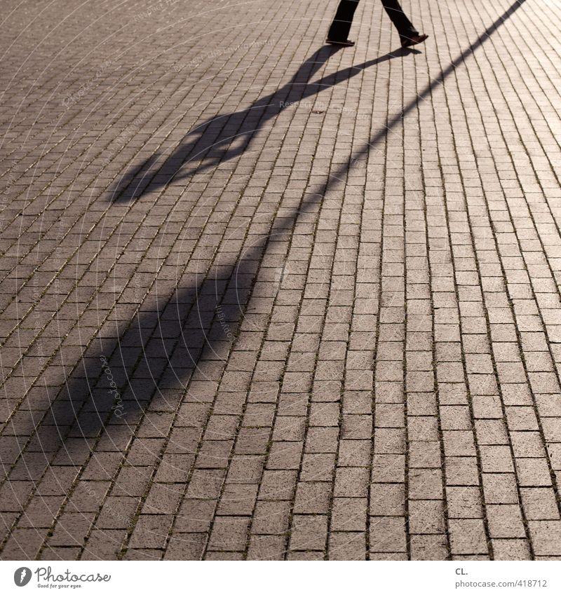 schattenspiel Mensch feminin Frau Erwachsene Beine 1 Verkehr Fußgänger Hinweisschild Warnschild gehen laufen einzigartig Perspektive Telefongespräch