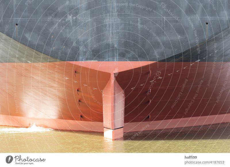 Ausschnitt eines Hecks von einem sehr großen Schiff Tanker Containerschiff Schifffahrt Wasserfahrzeug Öltanker maritim Hafen Hafenstadt Güterverkehr & Logistik