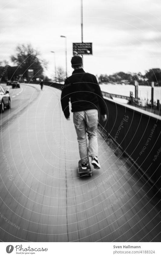 schneller Skater auf dem Fußweg Geschwindigkeit fahren skateboard skater street Sport Skateboard Lifestyle urban Skateboarderin Jugend im Freien Skateboarding