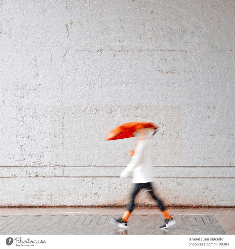 Frau mit einem roten Regenschirm auf der Straße in regnerischen Tagen Erwachsener Person regnet Regentag Wasser menschlich Fußgänger Großstadt urban Bilbao