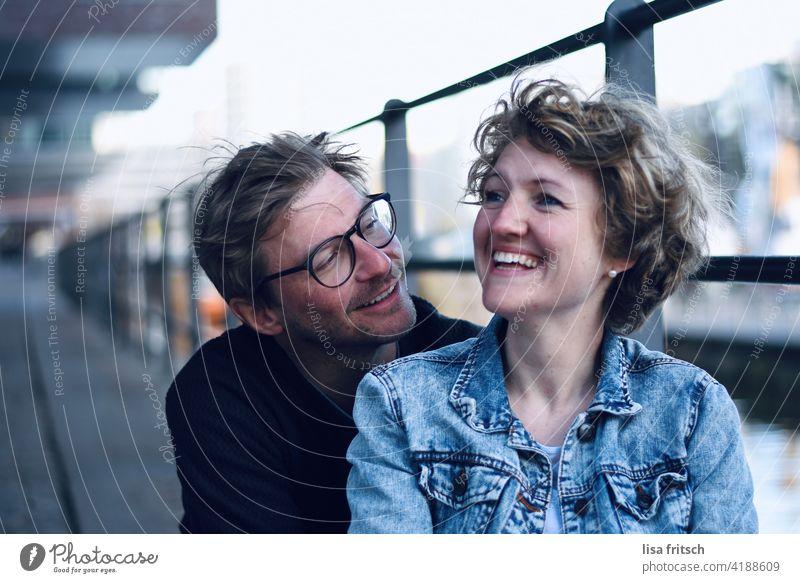 VERLIEBT Paar Heterosexualität Mann Frau 30-45 Jahre junges Paar anlächeln Erwachsene Partner Zusammensein Außenaufnahme Liebe Romantik Verliebtheit Glück
