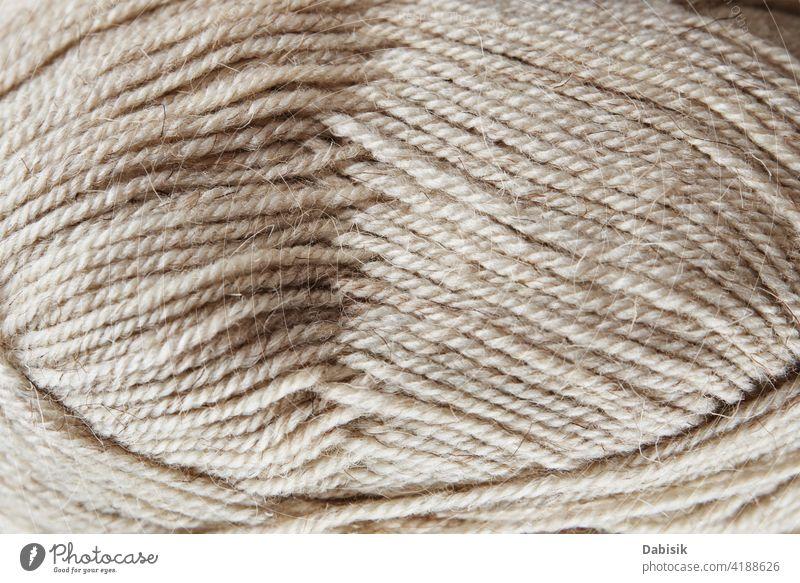 Knäuel aus Wollgarn auf hölzernem Hintergrund stricken Wolle Garn Wollstoff Strang Handarbeit handgefertigt Hobby Faser Handwerk Material warm weich Mode Textil