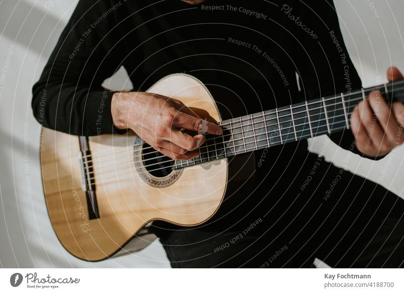 Foto eines Mannes, der klassische Gitarre spielt akustisch Erwachsener Arme Künstler Akkorde Klassik Nahaufnahme Kompetenz Finger Flamencotänzer Griffbrett