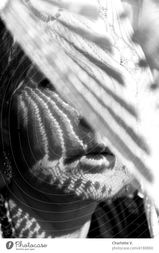 Hinter dem Schleier Vorhang verdeckt verdecktes gesicht Frau Farbfoto Gardine Schatten Innenaufnahme Stoff verhüllen Dekoration & Verzierung Strukturen & Formen