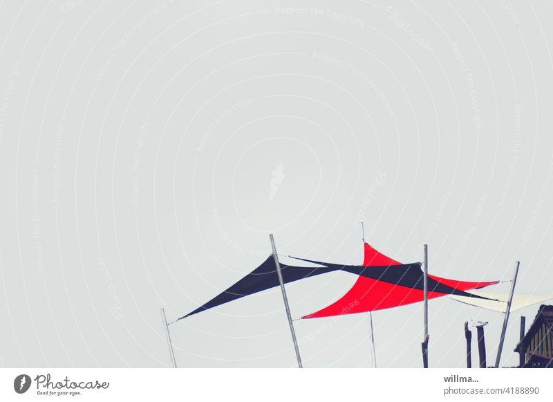 erwartungsvoll gespannte Sonnensegel Sonnenschutz Dreieck Sonnensegelstangen Textfreiraum Neutraler Hintergrund Sommer Sonnensegelmast Stange Mast Sonnendach
