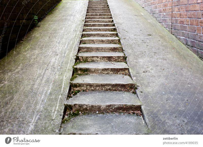 Kellertreppe absatz abstieg abwärts altbau aufstieg aufwärts fenster geländer haus mehrfamilienhaus menschenleer mietshaus stufe textfreiraum treppenabsatz
