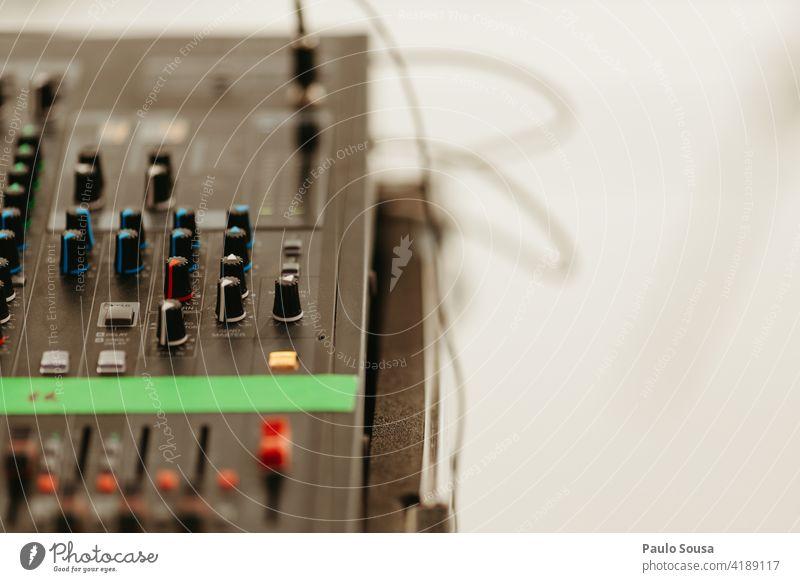 Tonmischer für Nahaufnahmen Klang Tontechnik Musik Farbfoto Technik & Technologie Musik hören Aufzeichnen Unterhaltungselektronik Menschenleer Entertainment
