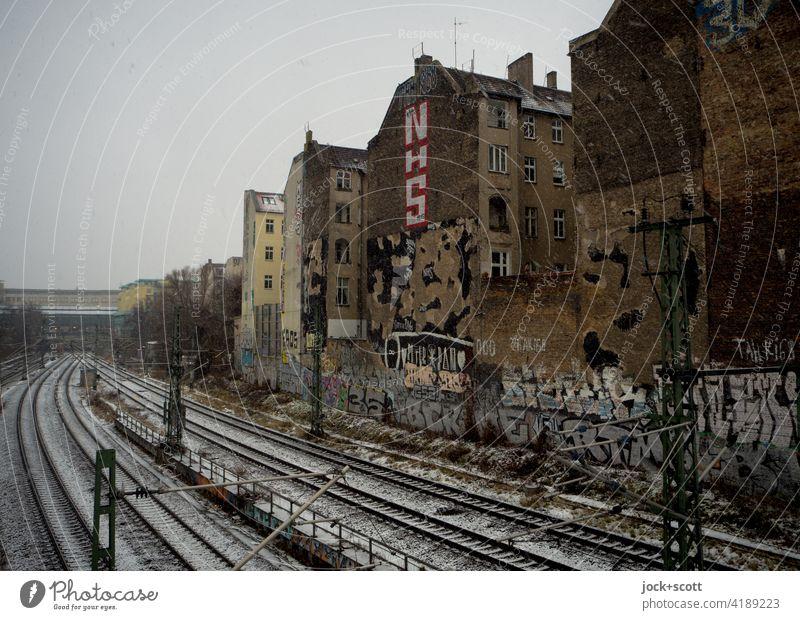 ein Wintertag an der Brandmauer schlechtes Wetter Fassade Stadthaus Backstein Graffiti Architektur Ringbahn Schneefall Bahnhof Schönhauser Allee Berlin