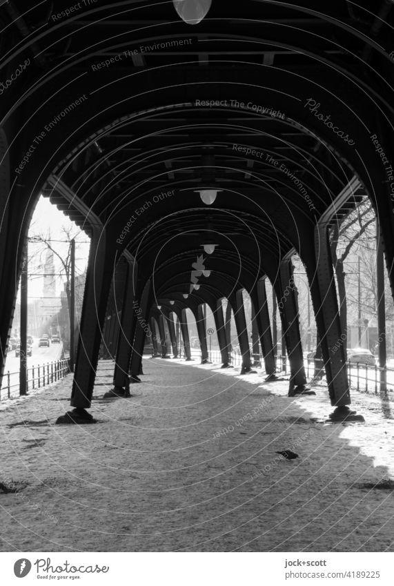 objektiv l Hochbahn im Winter mit Frost und Schnee Stahlträger Schönhauser Allee Prenzlauer Berg Berlin Architektur Strukturen & Formen Durchgang Wege & Pfade