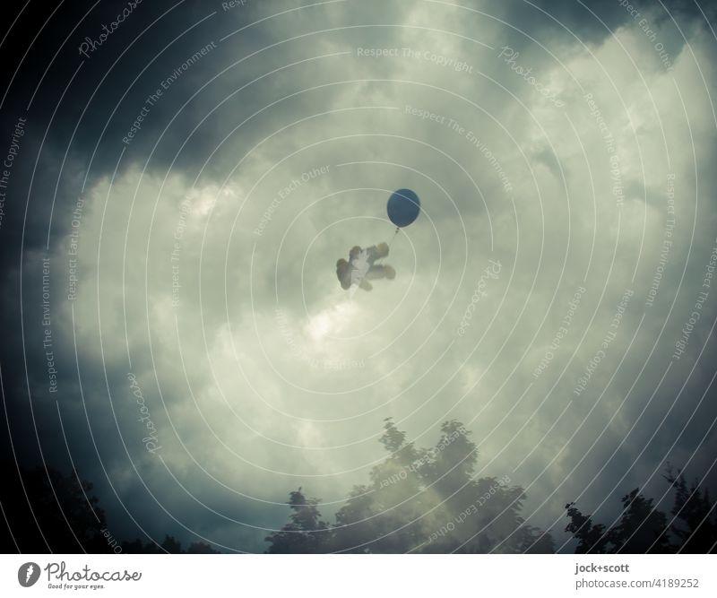 Teddys Flucht vor der realen Welt mit dem blauen Luftballon Teddybär fliegen träumen Gewitterwolken Fantasygeschichte Doppelbelichtung Illusion