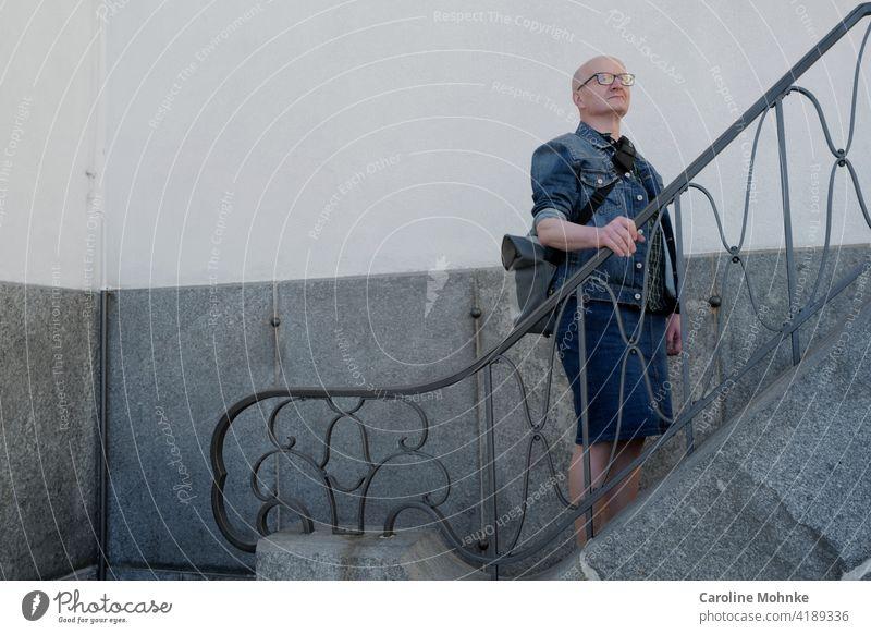 Mann in Jeansjacke und Jeansrock steht auf einer Treppe Mode Individualist Lifestyle Mensch Erwachsene Farbfoto Außenaufnahme Stil Tag kreativ Modebewusst
