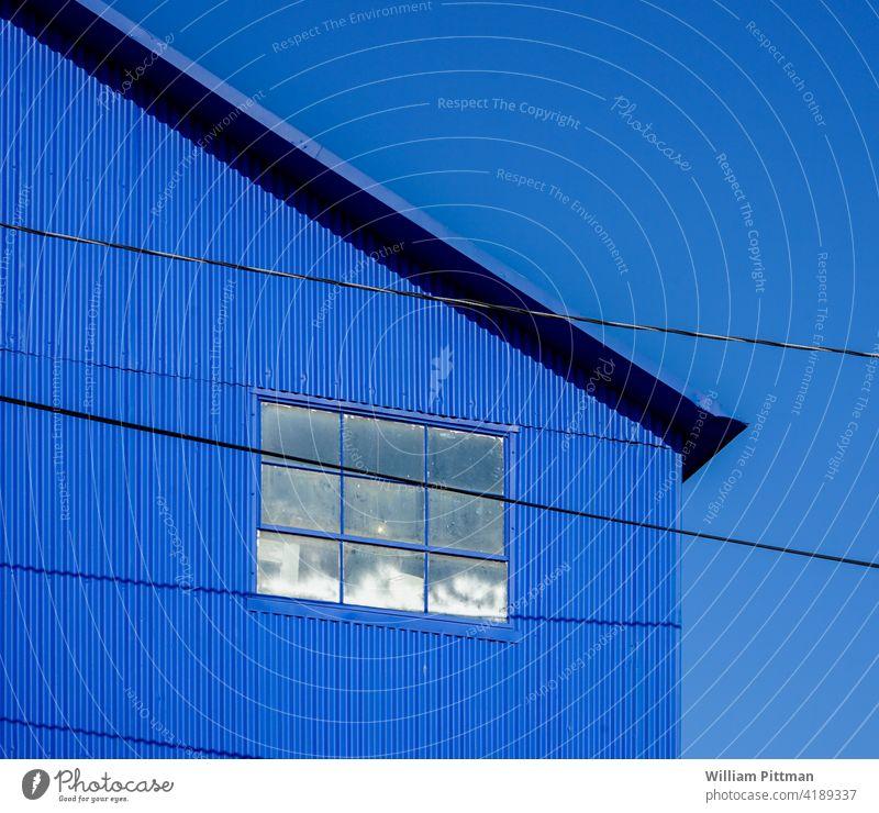 BLAU blau Blauer Himmel Blauer Hintergrund Fenster himmelblau Haus Außenaufnahme Sommer Fassade Menschenleer Farbfoto Tag hell leuchtende Farben