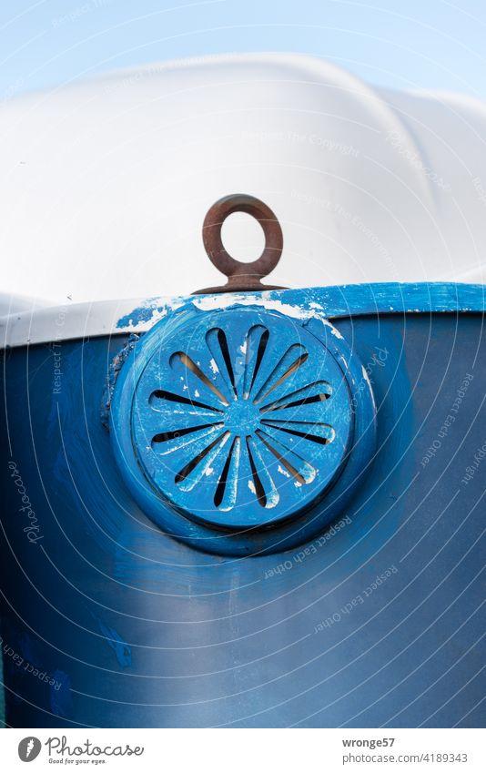 objektiv | leicht gelüftet Thementag Lüftung Entlüftung Abzug Entlüftungsöffnung Miettoilette Baustellenklo Toilettenkabiene Sanitäranlage Detail Nahaufnahme