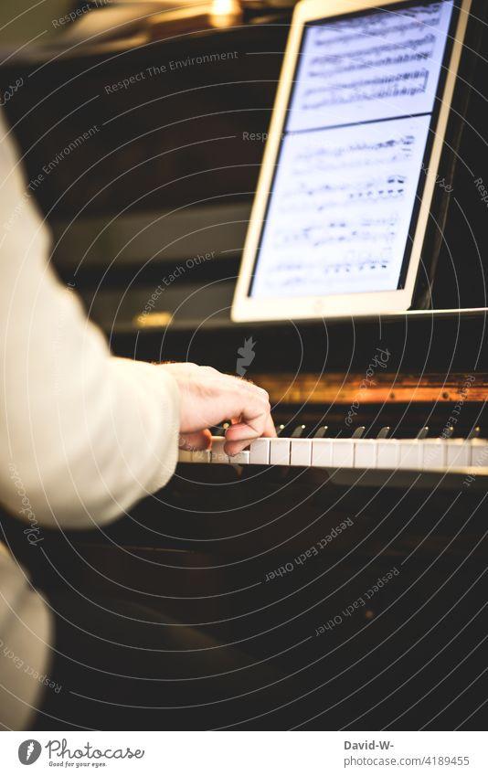 Pianist übt an seinem Instrument Klavier üben spielen Fleiß Ipad Freizeit & Hobby Musiker Künstler Finger Konzert