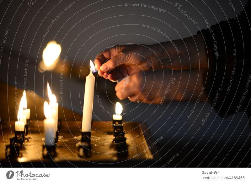 in der Kirche eine Kerze anzünden Gebet Religion & Glaube trauer Kerzenschein entzünden ruhe beten Hoffnung