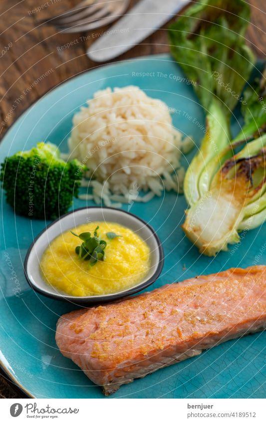 gegrillter Lachs mit Brokkoli und Reis Filet Lachsfilet geröstet Fisch gesund Grill Hintergrund Gericht gebraten Abendessen Omega3 gekocht grün Braten Teller