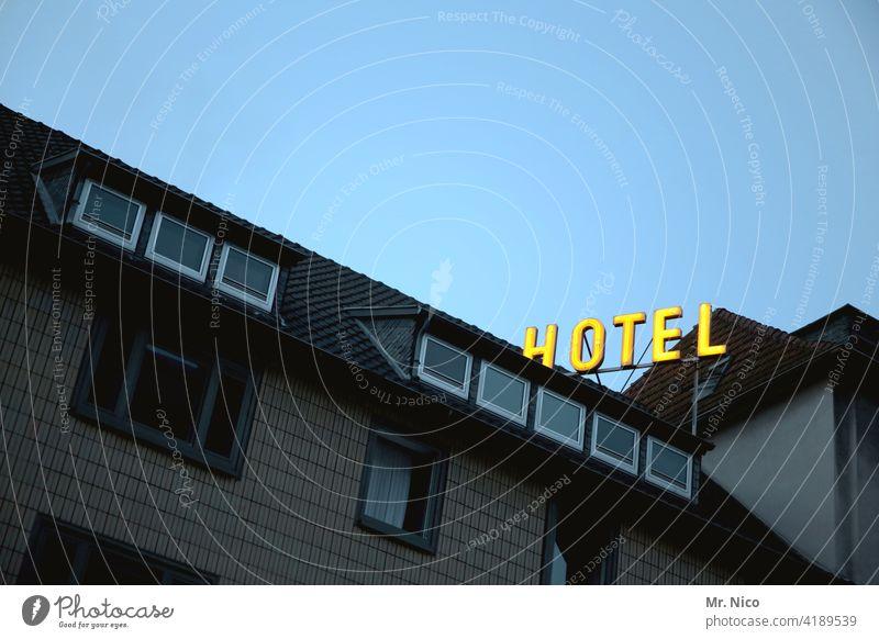 Hotel Fassade Gebäude Haus Architektur Himmel Froschperspektive Buchstaben Schriftzeichen Unterkunft Herberge Neonlicht übernachtung Tourismus Werbung