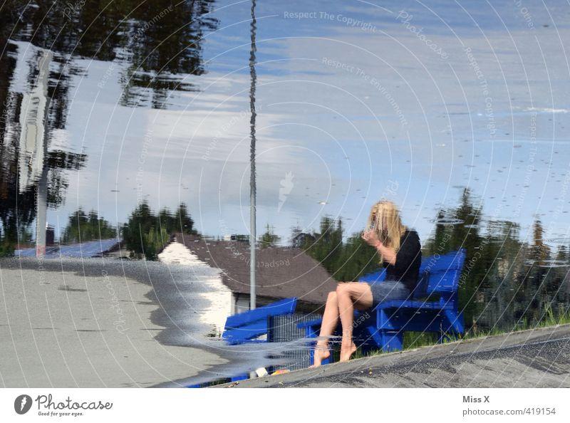 Nach dem Unwetter Mensch Jugendliche Wasser Erwachsene 18-30 Jahre feminin See Regen Wellen blond sitzen nass Teich Pfütze schlechtes Wetter Parkbank