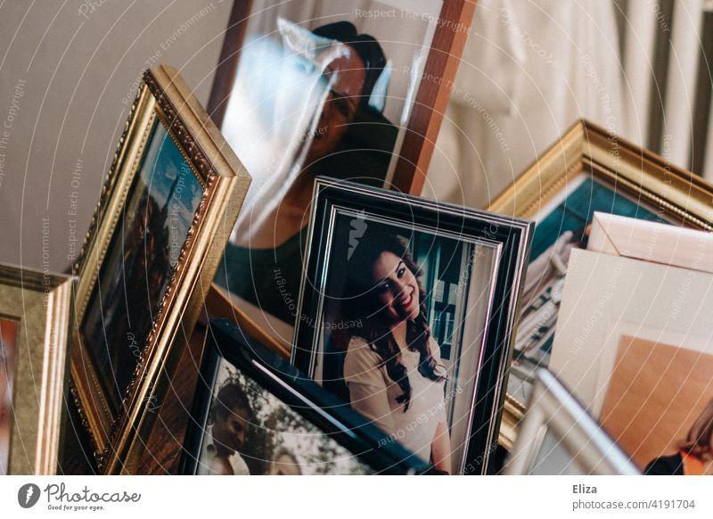 Erinnerungen: Ein Tisch mit gerahmten Fotos der Familie Familienfotos Enkel Großeltern Bilderrahmen portraits Familie & Verwandtschaft familienalbum Fotografien