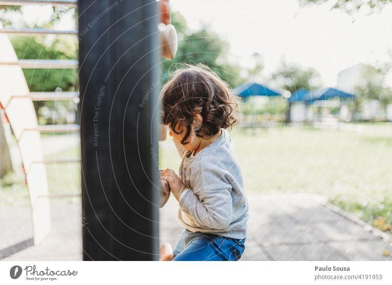 Nettes Mädchen spielt auf dem Spielplatz Kletterwand Klettern Kind Kindheit 1-3 Jahre Kaukasier Spielen Glück Fröhlichkeit Freizeit & Hobby Farbfoto Freude