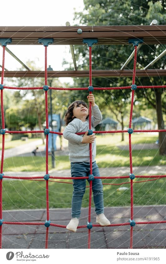 Nettes Mädchen spielt auf dem Spielplatz Kind Kaukasier 1-3 Jahre Spielplatzgeräte niedlich Freude Tag Mensch Farbfoto Kindheit Außenaufnahme Spielen Kleinkind