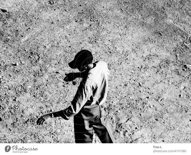 Ein großer schlanker Mann. dünn schlacksig Hemd Kappe Sonnenkappe Platz stehen elegant körperbewusst