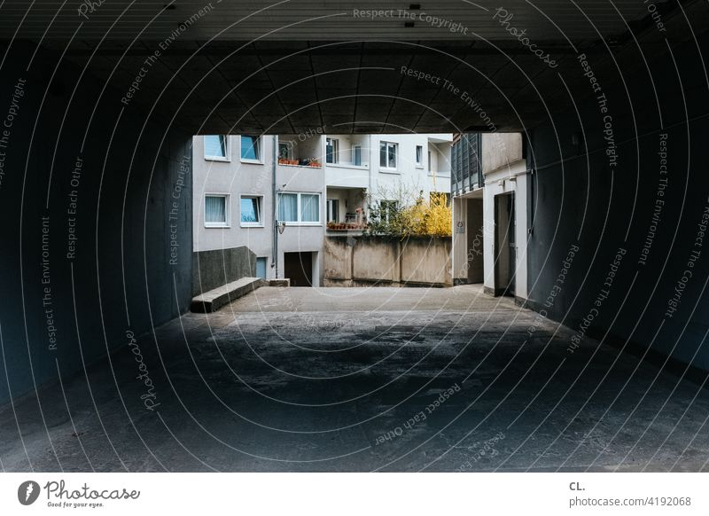 einfahrt dunkel Einfahrt Haus Fenster Wand Menschenleer Architektur Außenaufnahme grau Beton trist
