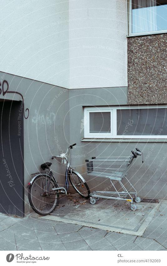 fahrrad und einkaufswagen Fahrrad Einkaufswagen trist grau Haus Ecke Wand Tristesse hässlich dreckig Fenster trostlos SHOPPING Einkaufen leer