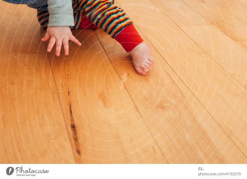 baby-breakdance Baby Kleinkind Hand Fuß Holzboden Wohnung krabbeln Bewegung Barfuß Zehen 0-12 Monate Kindheit zuhause Leben Finger klein niedlich Boden