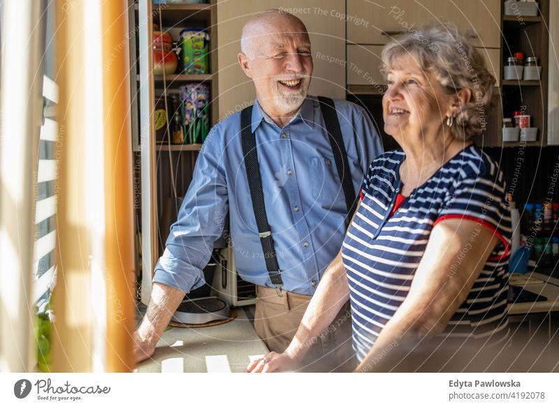 Glückliches Seniorenpaar zusammen zu Hause echte Menschen offen Frau reif männlich Mann Paar Zusammensein Liebe Bonden Kaukasier älter heimwärts alt Alterung