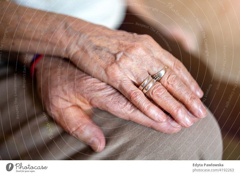 Nahaufnahme eines älteren Paares, das sich an den Händen hält geduldig Kaukasier Gesundheit Halt abstützen Alterung gealtert knittern Finger Haut Hand