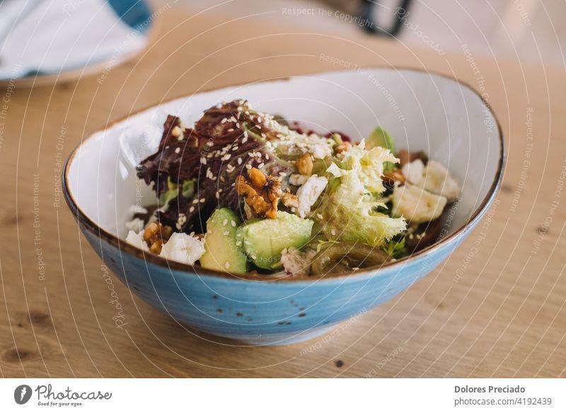 Gourmet-Salat mit Avocado, Walnüssen, Tomate und grünen Sprossen. Serviert in einem schicken Restaurant Vitamin Rezept farbenfroh Salatgurke balsamisch essen