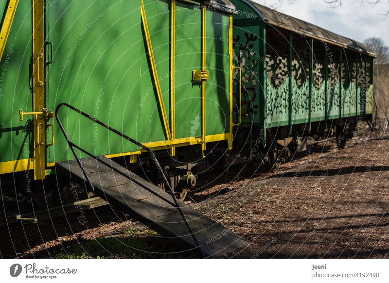 back to the roots   als Bahnfahren noch ein Erlebnis war   alte grüne Bahnwaggons mit Auffahrrampe Bahnhof Waggon Waggons Rampe Rollstuhlrampe Gleise gelb