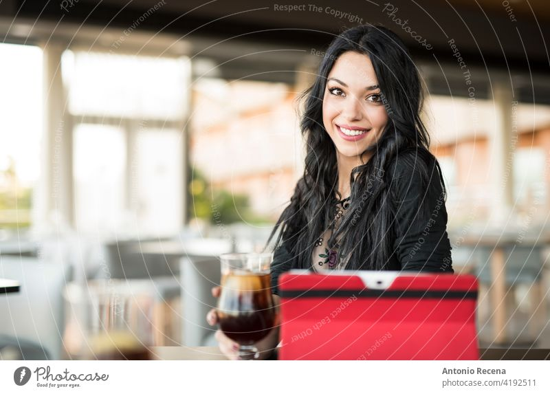 Hübsche dunkelhaarige Frau schaut in die Kamera und trinkt Cola jung attraktiv 20s Freude Menschen Person Jugend urban Frauen hübsch hübsche Menschen